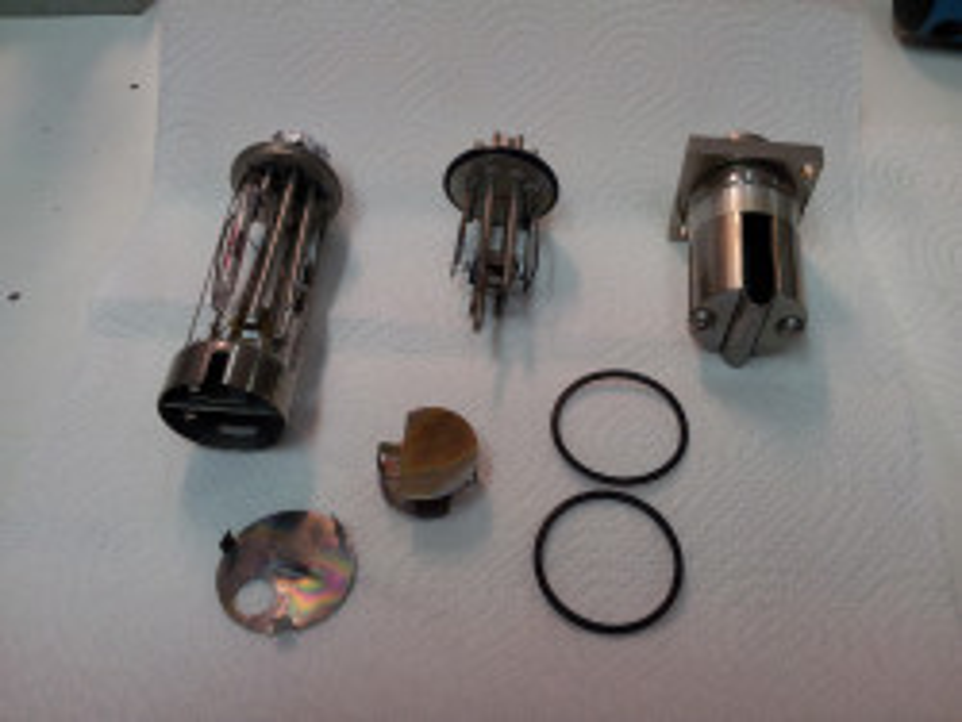 Veškeré komponenty spolu s mezilehlou baflí a zemnícím páskem vloženým na dno šachty iontového zdroje.