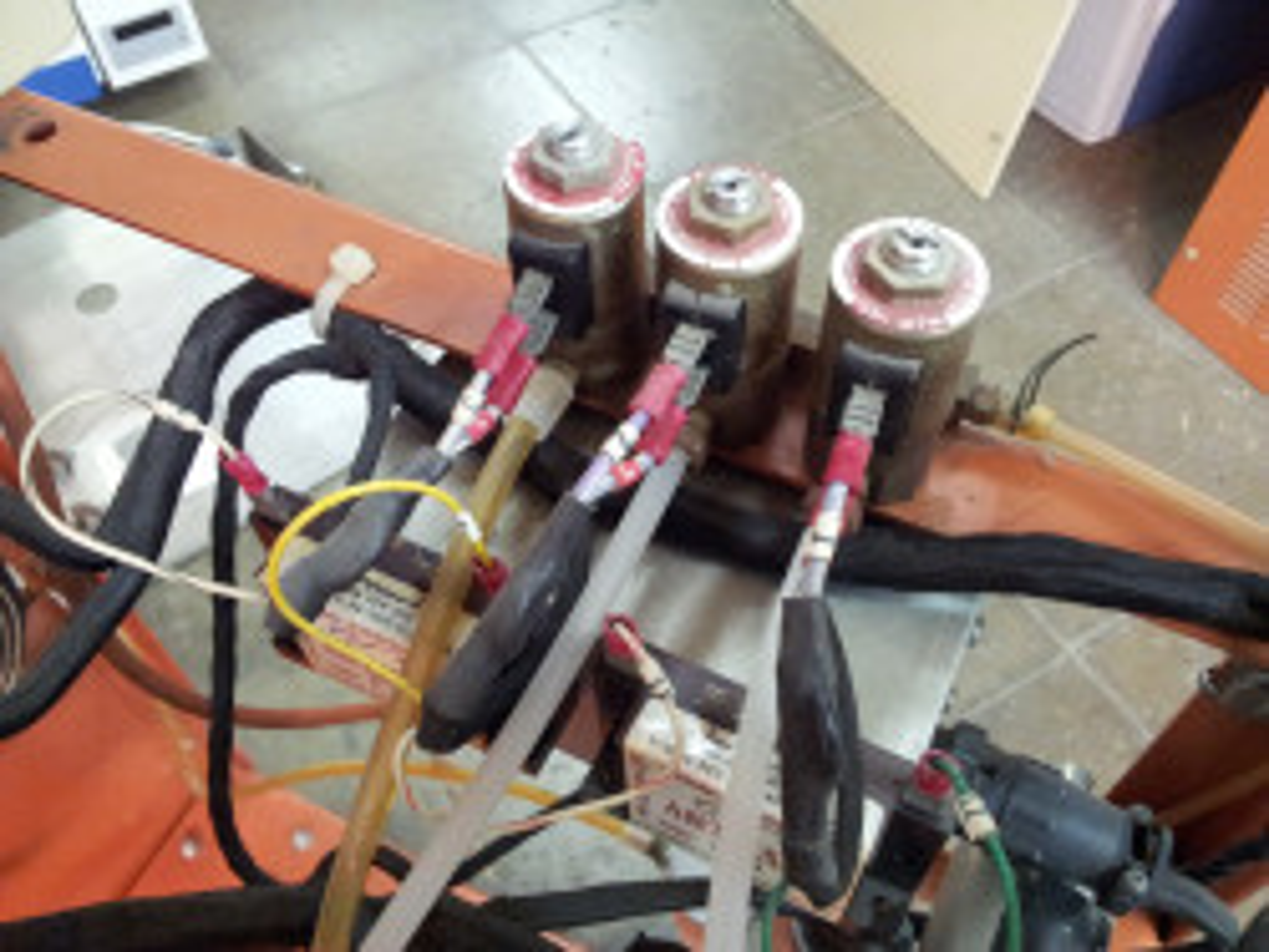 Solenoidy pro ovládání stlačeného vzduchu.