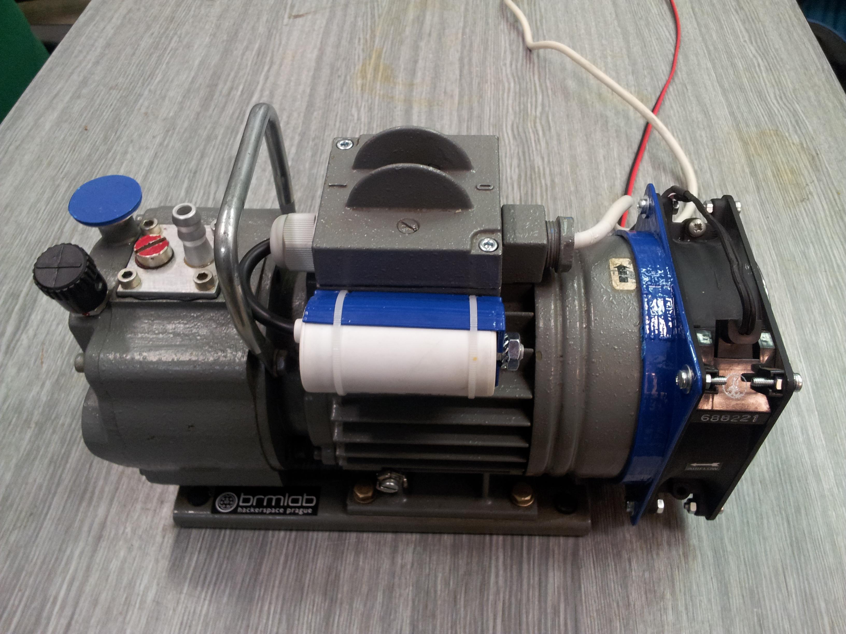 Přestaveno za pomocí 3D tiskárny a trochy šroubů. Instalován rozběhový kondenzátor 12uF a pomocný ventilátor pro zlepšení chlazení.