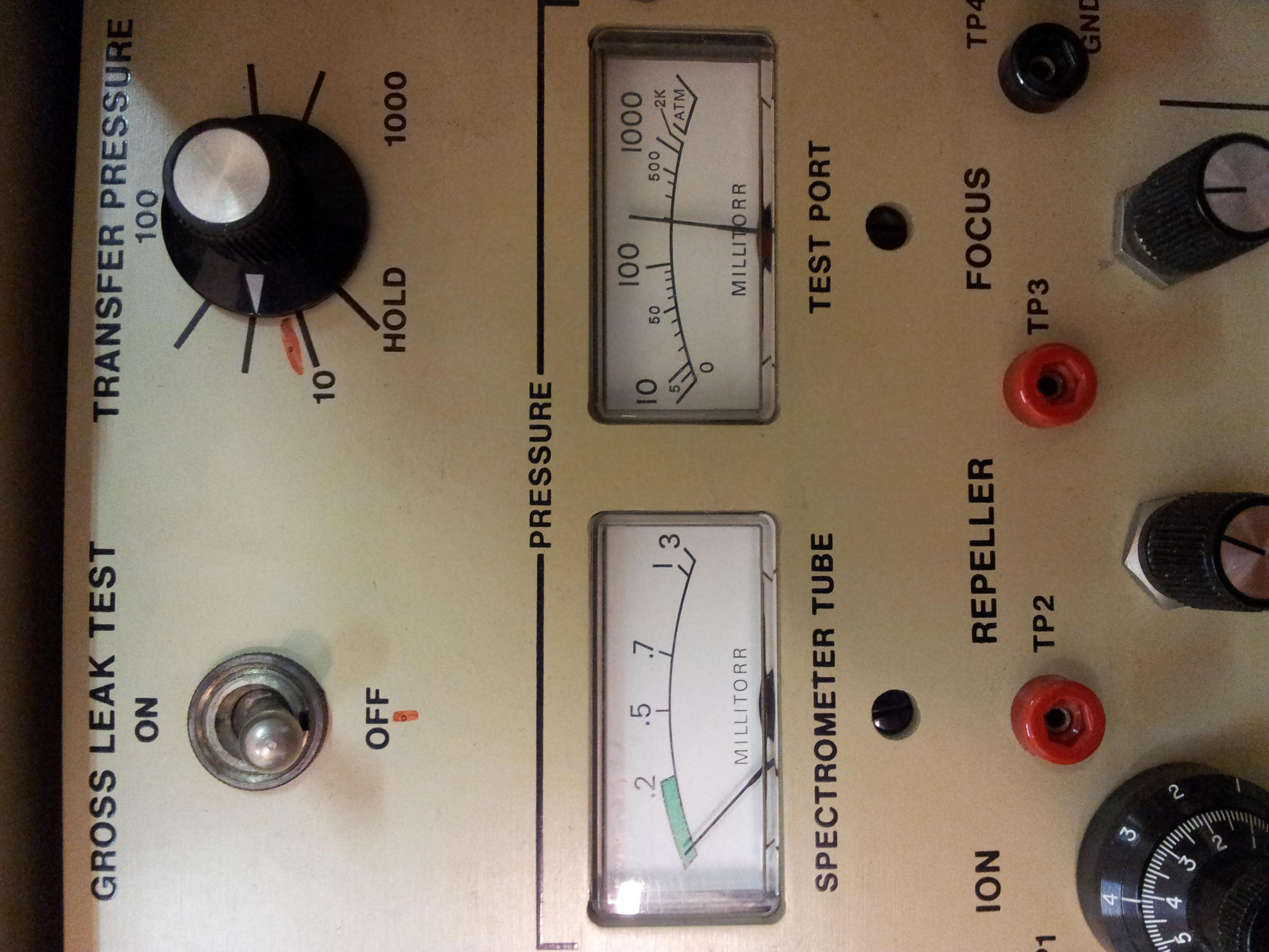 Vlevo tlak difuzky, vpravo tlak předvakua(rotačky)