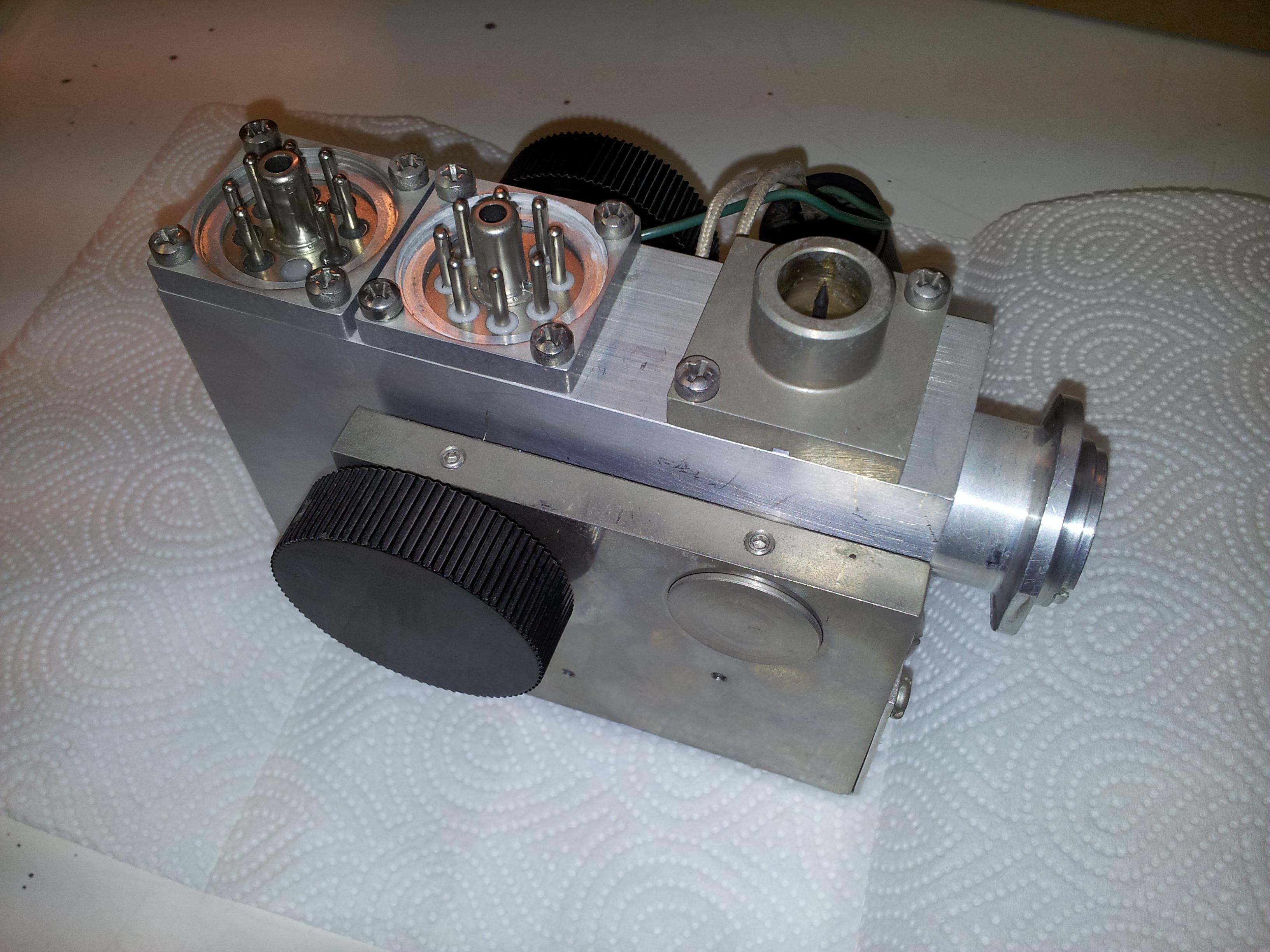 Hmotnostní spektrometr před rozebráním.