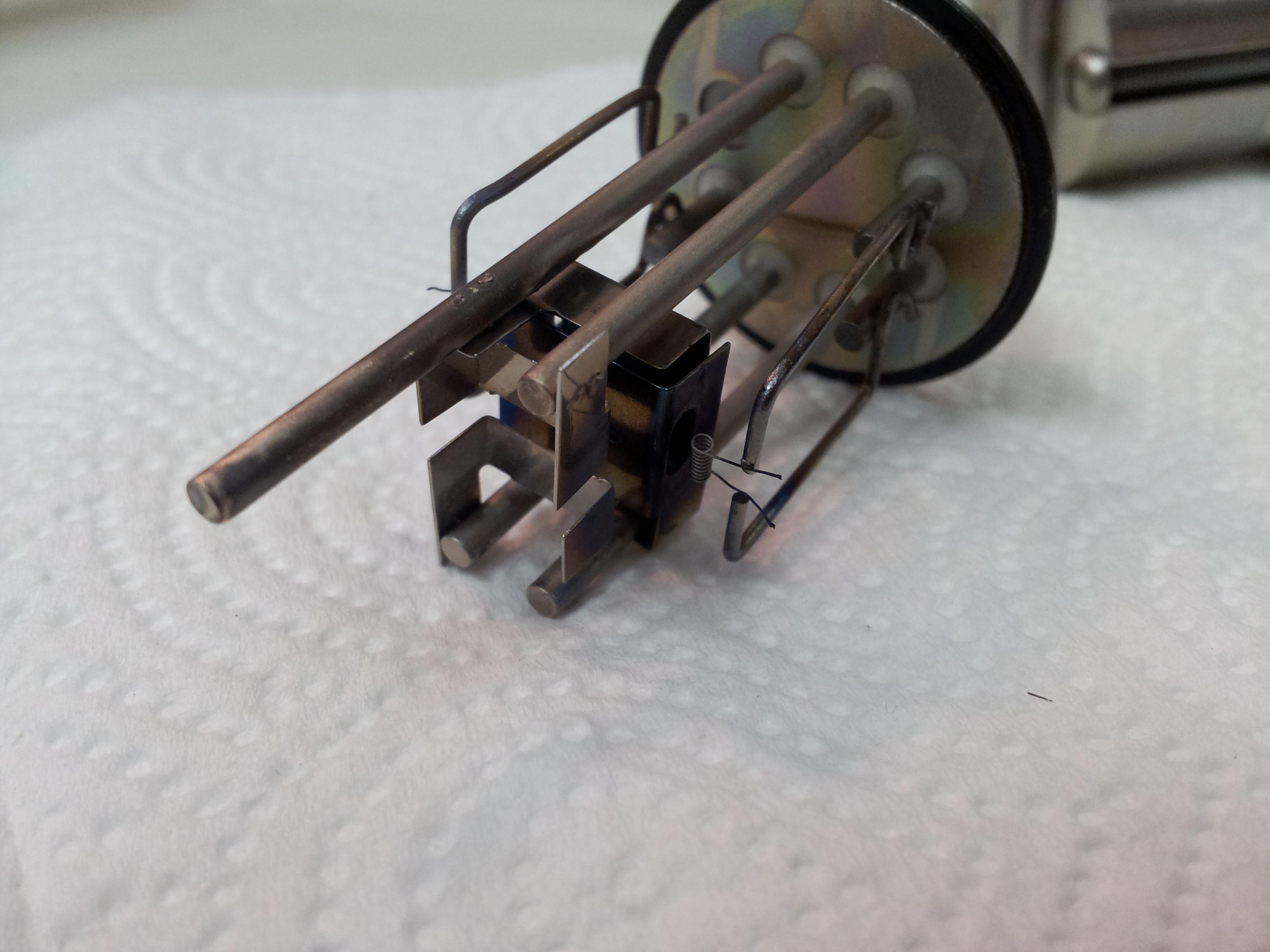 Detail iontového zdroje. (dvojce iridiových žhavících vláken)