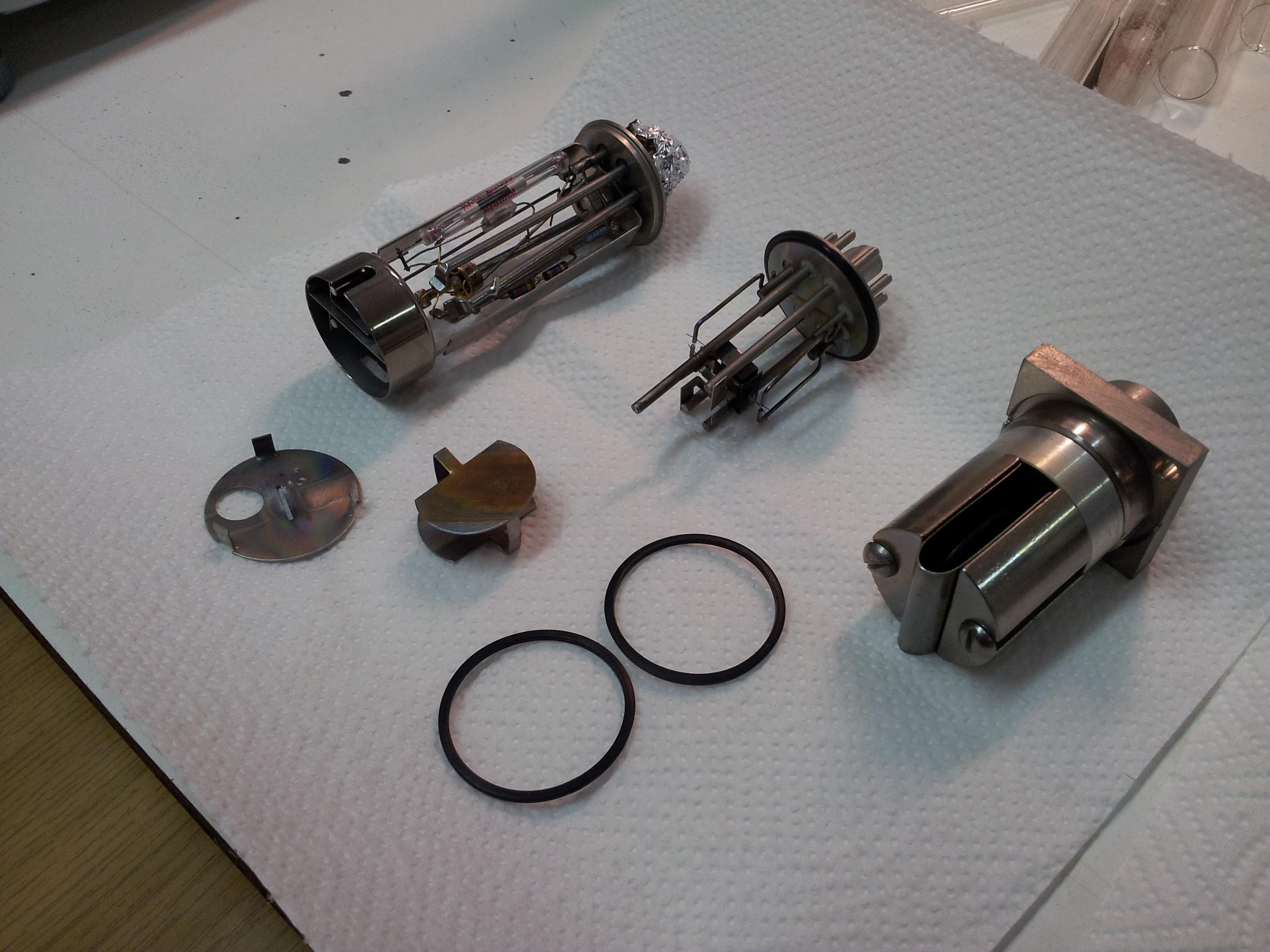 Veškeré komponenty spolu s mezilehlou baflí a zemnícím páskem vloženým na dno šachty iontového zdroje.)