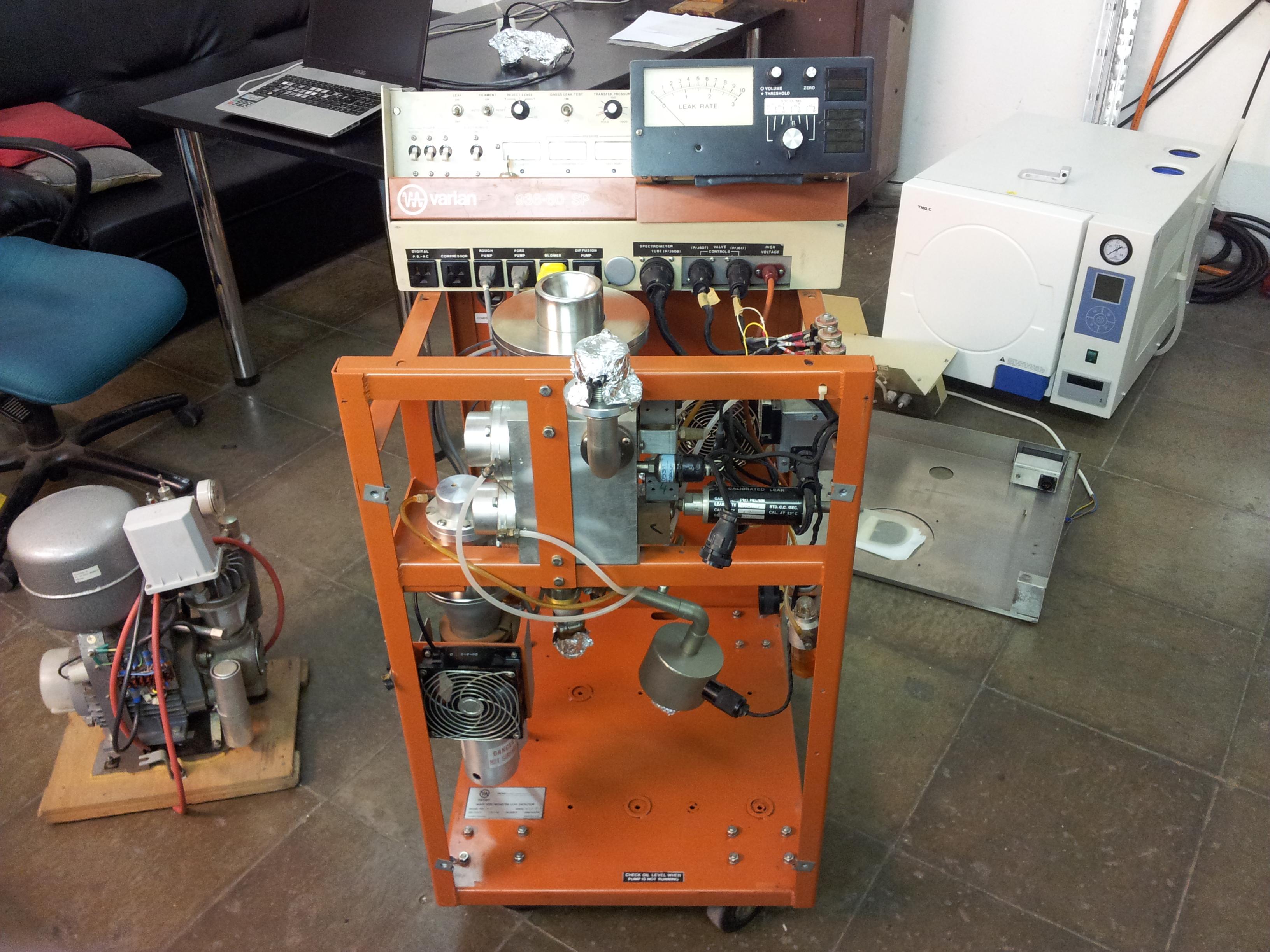 Celý přístroj je ve stojně na kolečkách, vlevo možno vidět kompresor pro stlačený vzduch na obsluhu ventilů.