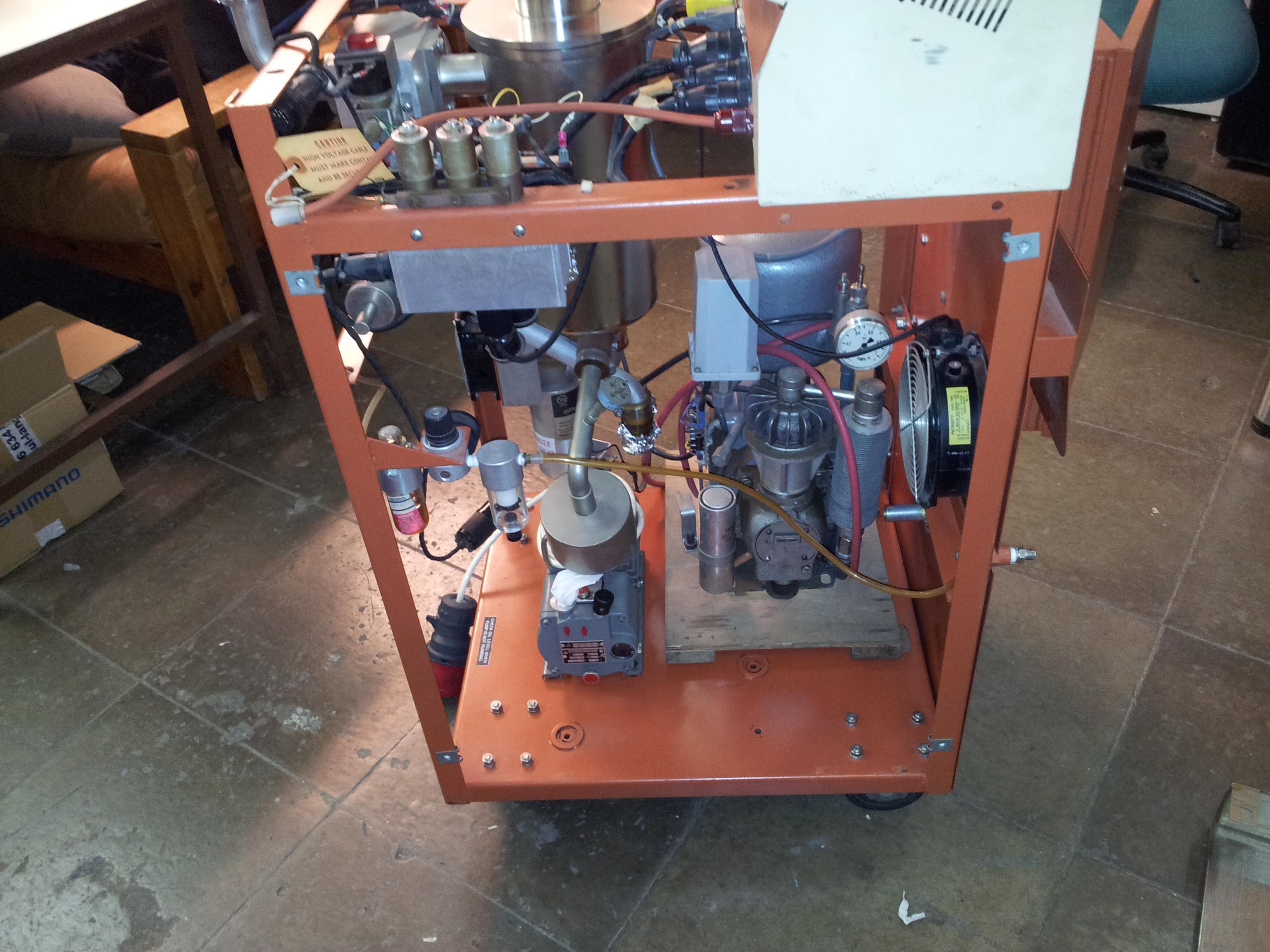 Příprava na montáž kompresoru a vývěvy.
