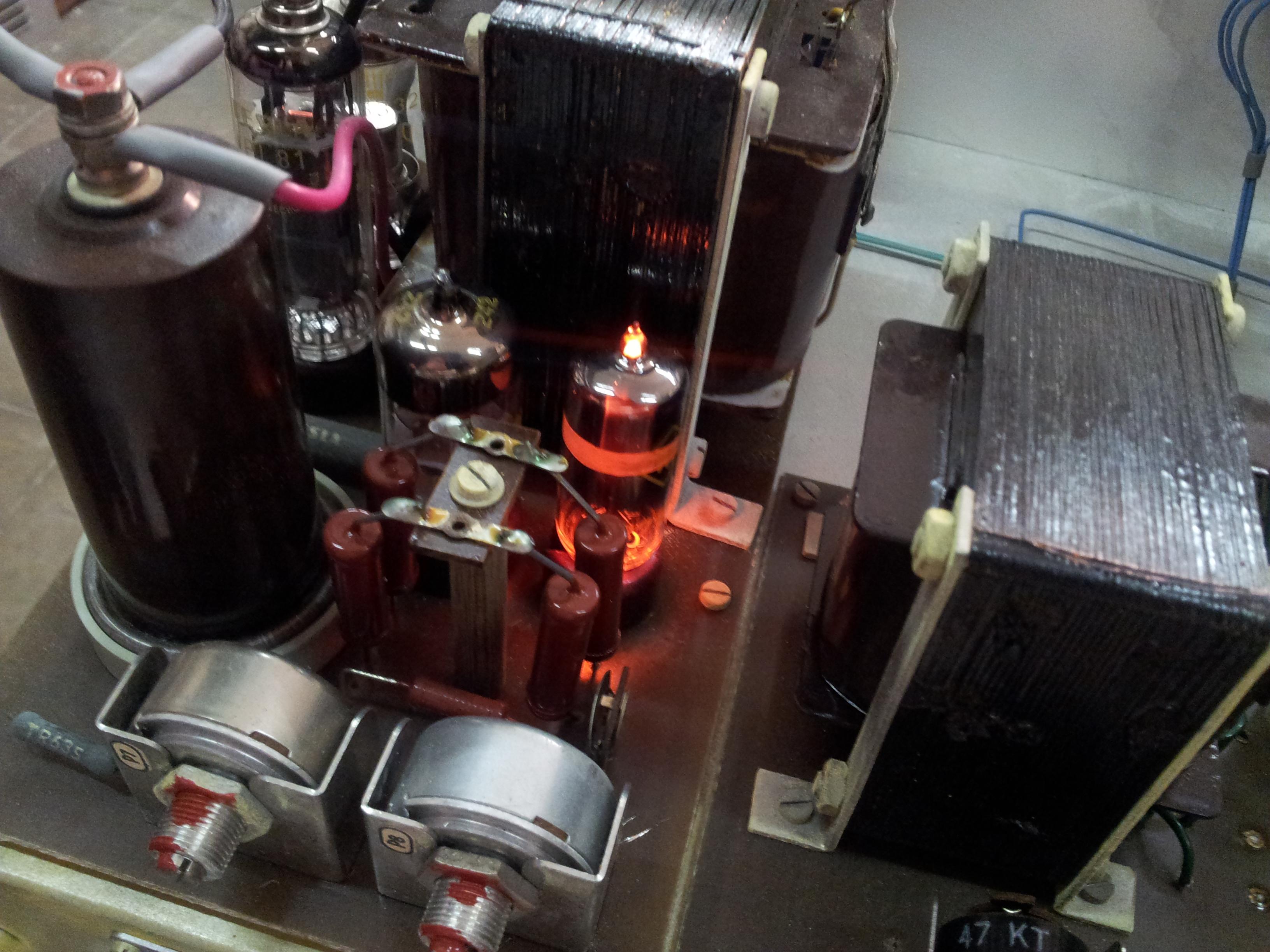 Žhavení elektronek měrky a neonový napěťový stabilizátor.